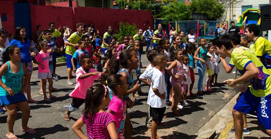 """""""Dia B"""" reúne crianças  em projeto de diversão e solidariedade"""